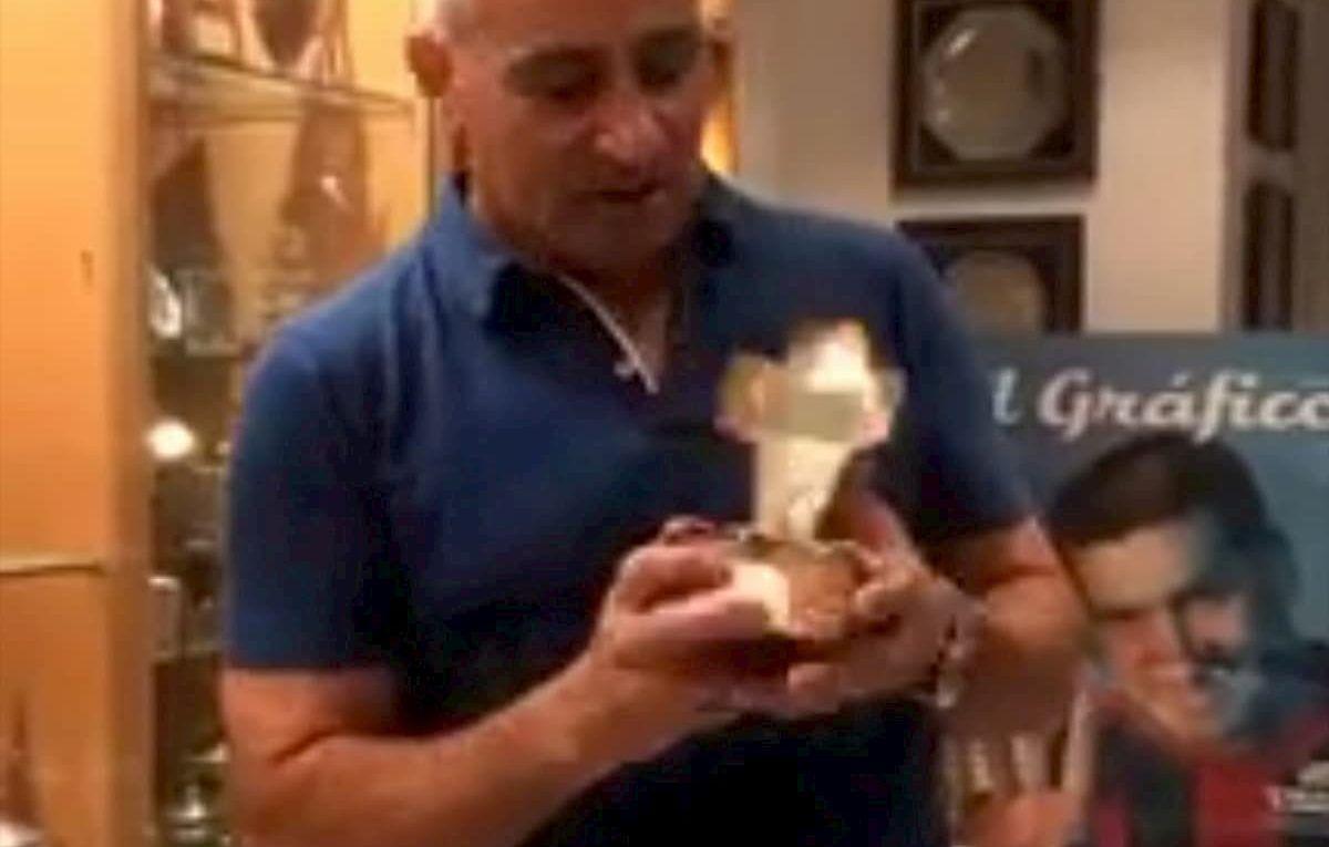 Acosta sostiene un regalo del papa Francisco