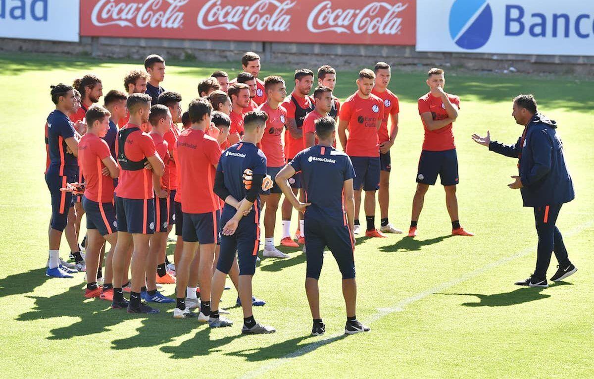 Diego Dabove junto al plantel profesional