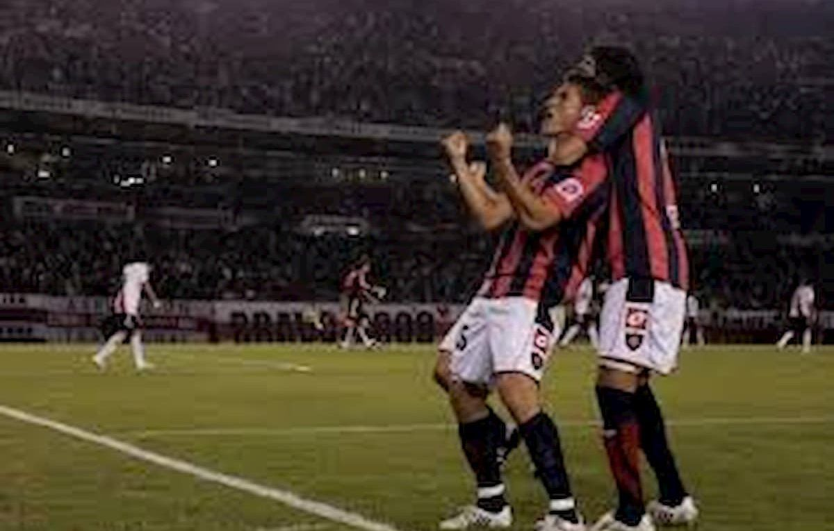 Gonzalo Bergessio festejando uno de sus goles ante River