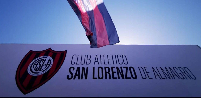 Fachada de San Lorenzo y bandera